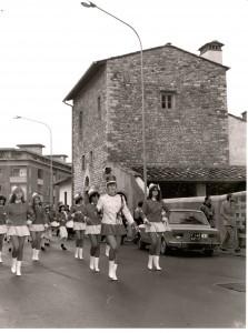 """La Banda sfila davanti davanti la Sede in via San Bartolo in Tuto - La """"Casa Bellocci""""."""