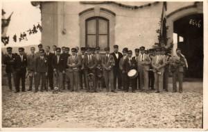 Una fotografia della Banda datata ca. 1927 scattata davanti alla vecchia rimessa d'ambulanze dell'Humanitas. Per gentile concessione del sig. Riccardo Bonardi